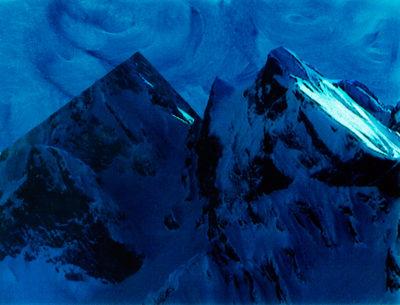 Le ciel est peint (on le voit bien sur cette image) à la manière des décors de théâtre. Les tourbillons de bleu, dans leurs coulées irrégulières, gardent la trace des gestes du pinceau. Et le miracle, c'est que ce firmament est plus beau que le vrai, plus vivant, plus authentique peut-être. En-dessous, deux sommets se font face (comme souvent chez Jacques Pugin qui aime jouer avec lechiffre deux ). L'un est dans l'ombre et l'autre encore dans la lumière, sur l'une de ses faces seulement. Mais le second ne ressemble pas au premier, qui est d'une beauté irréelle, faite d'artifice et de composition, d'amour de la géométrie, de matière colorée.