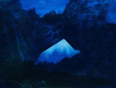 Toutes les images de Jacques Pugin semblent avoir été prises au même moment : lorsque la nuit menace, mais que le jour éclaire encore, même faiblement, les pentes silencieuses. C'est bien le crépuscule - des Dieux ou des Idoles : la fin d'un monde pris à la gorge. Le bleu du ciel est tombé sur la neige. L'ombre se creuse ; le jour devient opaque. Des pyramides surgissent au milieu des rochers, force brutale, vitale, irrésistible, d'un contour effilé et trop net, qui déchire le ciel bas. En même temps qu'un monde s'éteint, un autre vient au jour - ou plutôt à la nuit. Car dans les images de Jacques Pugin, la nuit est souveraine : c'est elle qui enfante les montagnes, les fantômes, les visions de rêve ou de cauchemar.