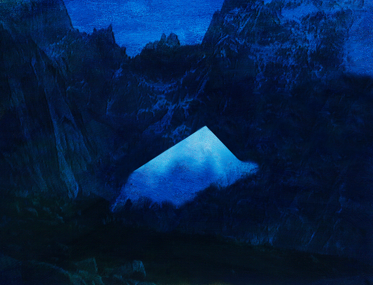 Toutes les images de Jacques Pugin semblent avoir été prises au même moment : lorsque la nuit menace, mais que le jour éclaire encore, même faiblement, les pentes silencieuses. C'est bien le crépuscule - des Dieux ou des Idoles : la fin d'un monde pris à la gorge. Le bleu du ciel est tombé sur la neige. L'ombre se creuse ; le jour devient opaque. Des pyramides surgissent au milieu des rochers, force brutale, vitale, irrésistible, d'un contour effilé et trop net, qui déchire le ciel bas. En même temps qu'un monde s'éteint, un autre vient au jour - ou plutôt à la nuit. Car dans les images de Jacques Pugin, la nuit est souveraine : c'est elle qui enfante les montagnes, les fantômes, les visions de rêve ou de cauchemar.  #29 La montagne bleue, 1995 – 1998 La grande peur bleue des montagnes. Ramuz, bien sûr, mais avant lui Rousseau, Nodier, Stendhal, Senancour : tous ont senti, à leur manière, et décrit longuement cette sorte de panique qui s'empare du randonneur la nuit tombée sur les sommets. Nul refuge où abriter son corps. Nul compagnon de route dans la nature hostile et brusquement impénétrable. Autour de soi, rien d'autre que la nuit bleue, une nuit à couper au couteau. Pourtant, au milieu de l'image, une faille de lumière, comme un morceau de ciel encastré dans le flanc de la montagne : c'est là qu'il faut passer pour échapper au froid, à la fascination, à la folie qui guette le voyageur (c'est-à-dire le voyeur).