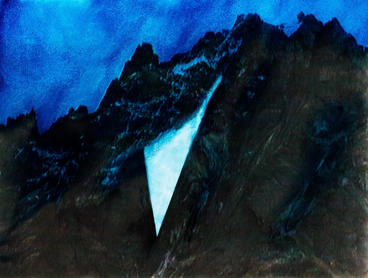 Les montagnes de Pugin sont comme des poupées russes : emboîtées les unes dans les autres, étrangement semblables et pourtant différentes, mais toutes redessinées avec un soin maniaque, repeintes, recomposées, dans un savant clair-obscur. Le delta de lumière qui troue la montagne enson centre est à la fois une avalanche et ce qui donne à la composition sa beauté dynamique : à son tour, pris dans un tourbillon de neige, le voyeur (le voyageur) est aspiré par cette blancheur miraculeuse, et condamné, peut-être, à lui donner du sens.  #31 La montagne bleue, 1995 – 1998 Les montagnes de Pugin sont comme des poupées russes : emboîtées les unes dans les autres, étrangement semblables et pourtant différentes, mais toutes redessinées avec un soin maniaque, repeintes, recomposées, dans un savant clair-obscur. Le delta de lumière qui troue la montagne enson centre est à la fois une avalanche et ce qui donne à la composition sa beauté dynamique : à son tour, pris dans un tourbillon de neige, le voyeur (le voyageur) est aspiré par cette blancheur miraculeuse, et condamné, peut-être, à lui donner du sens.
