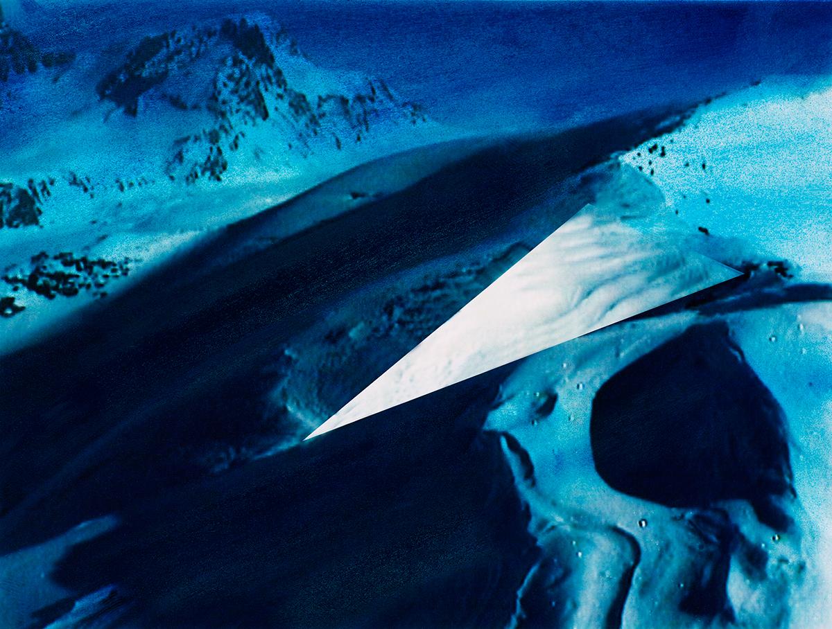 Dans chaque image perce l'énigme du désir. Désir central, toujours à déchiffrer, mais qui donnevie et sens à la composition. Ici, par exemple, au milieu des cratères de lune, entre deux zones d'un bleu profond, un triangle d'une blancheur inhumaine coupe en deux la montagne, brusquement sectionnée.  #35 La montagne bleue, 1995 – 1998 Dans chaque image perce l'énigme du désir. Désir central, toujours à déchiffrer, mais qui donnevie et sens à la composition. Ici, par exemple, au milieu des cratères de lune, entre deux zones d'un bleu profond, un triangle d'une blancheur inhumaine coupe en deux la montagne, brusquement sectionnée.
