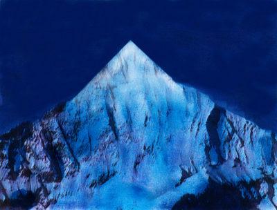 Voilà une image bien nette dans le skyline des Alpes : les anfractuosités de la roche ont été soigneusement gommées, comme les crevasses, névés, séracs et autres accidents naturels.  Reste une moderne pyramide, hautaine et tracée à l'équerre.  On peut imaginer ainsi toutes les Alpes revues et corrigées par un artiste visionnaire.  Non pas pour les détruire ou les effacer de la carte, mais pour leur redonner un sens (un désir, une énigme) qu'elles ont perdu depuis longtemps, peut-ê tre, à force d'être foulées et refoulées par tant de randonneurs allemands et japonais, Nikon ou Leica en bandoulière.