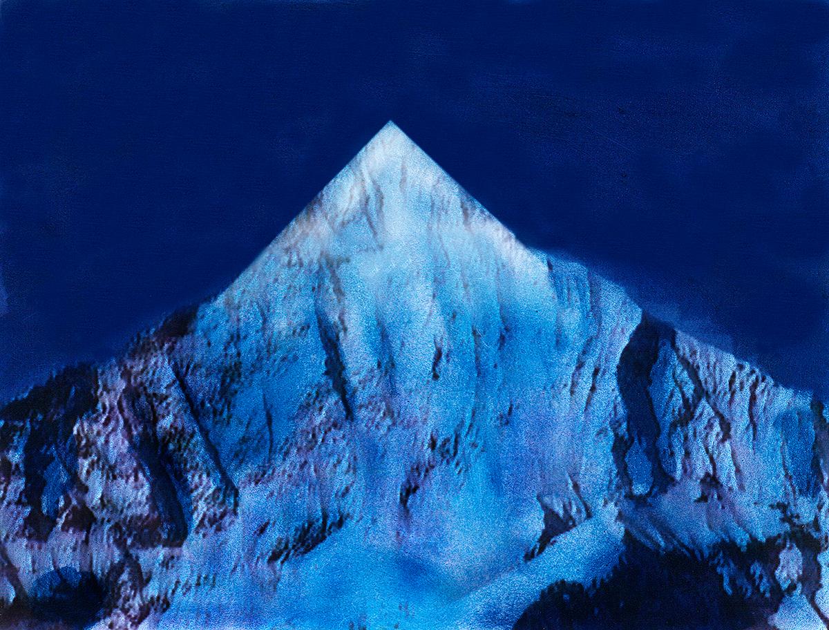 Voilà une image bien nette dans le skyline des Alpes : les anfractuosités de la roche ont été soigneusement gommées, comme les crevasses, névés, séracs et autres accidents naturels.  Reste une moderne pyramide, hautaine et tracée à l'équerre.  On peut imaginer ainsi toutes les Alpes revues et corrigées par un artiste visionnaire.  Non pas pour les détruire ou les effacer de la carte, mais pour leur redonner un sens (un désir, une énigme) qu'elles ont perdu depuis longtemps, peut-ê tre, à force d'être foulées et refoulées par tant de randonneurs allemands et japonais, Nikon ou Leica en bandoulière.  #41 La montagne bleue, 1995 – 1998 Voilà une image bien nette dans le skyline des Alpes : les anfractuosités de la roche ont été soigneusement gommées, comme les crevasses, névés, séracs et autres accidents naturels. Reste une moderne pyramide, hautaine et tracée à l'équerre. On peut imaginer ainsi toutes les Alpes revues et corrigées par un artiste visionnaire. Non pas pour les détruire ou les effacer de la carte, mais pour leur redonner un sens (un désir, une énigme) qu'elles ont perdu depuis longtemps, peut-ê tre, à force d'être foulées et refoulées par tant de randonneurs allemands et japonais, Nikon ou Leica en bandoulière.