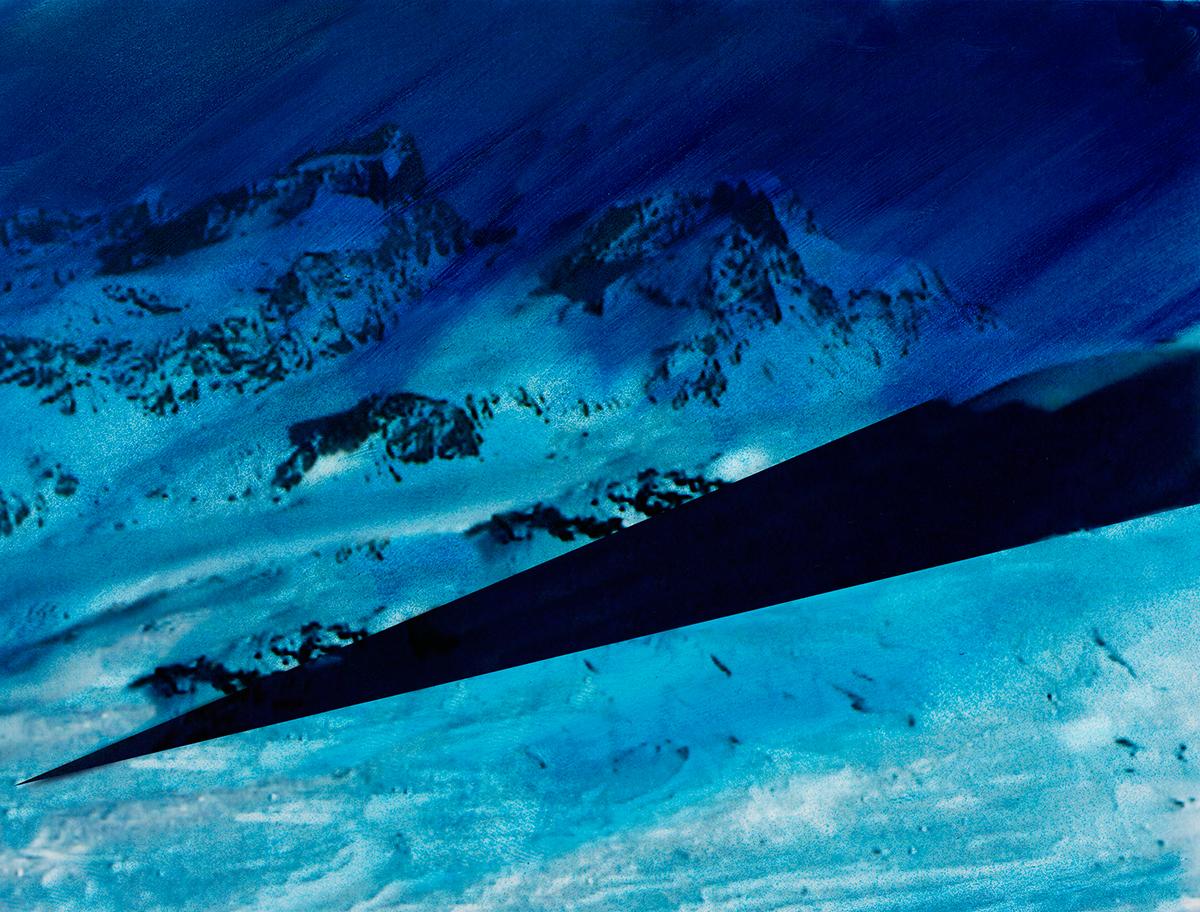 « Ce n'était pas seulement le travail des hommes qui rendait ces pays étranges si bizarrement contrastés : la nature semblait encore prendre plaisir à s'y mettre en opposition avec elle-même, tant on la trouvait  différente en un même lieu sous divers aspects ! »  À l'arrière-plan, les sommets disparaissent comme balayés par une pluie bleue, tandis qu'au premier plan, jonché de débris minuscules, le glacier brille sous la neige cotonneuse.  Entre les deux, la terre s'ouvre comme un gouffre, aspirant le regard et brisant la quiétude de l'image.  #49 La montagne bleue, 1995 – 1998, « Ce n'était pas seulement le travail des hommes qui rendait ces pays étranges si bizarrement contrastés : la nature semblait encore prendre plaisir à s'y mettre en opposition avec elle-même, tant on la trouvait différente en un même lieu sous divers aspects ! » À l'arrière-plan, les sommets disparaissent comme balayés par une pluie bleue, tandis qu'au premier plan, jonché de débris minuscules, le glacier brille sous la neige cotonneuse. Entre les deux, la terre s'ouvre comme un gouffre, aspirant le regard et brisant la quiétude de l'image.