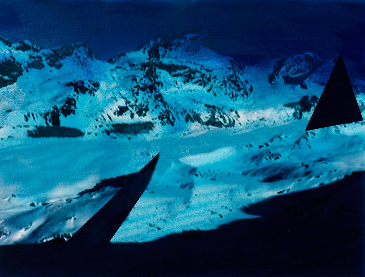« Ce n'était pas seulement le travail des hommes qui rendait ces pays étranges si bizarrement contrastés : la nature semblait encore prendre plaisir à s'y mettre en opposition avec elle-même, tant on la trouvait  différente en un même lieu sous divers aspects ! »  À l'arrière-plan, les sommets disparaissent comme balayés par une pluie bleue, tandis qu'au premier plan, jonché de débris minuscules, le glacier brille sous la neige cotonneuse.  Entre les deux, la terre s'ouvre comme un gouffre, aspirant le regard et brisant la quiétude de l'image.  #51 La montagne bleue, 1995 – 1998, Que se passe-t-il ? À chaque seconde, l'ombre gagne du terrain, comme une marée trop longtemps contenue, ce que tous les marins du monde appellent la houille bleue – et la neige se craquelle. Des formes surgissent dans la montagne : lame de couteau, triangle d'ombre, hachures, croix de couleur. Ce sont les lettres d'un alphabet à décrypter.