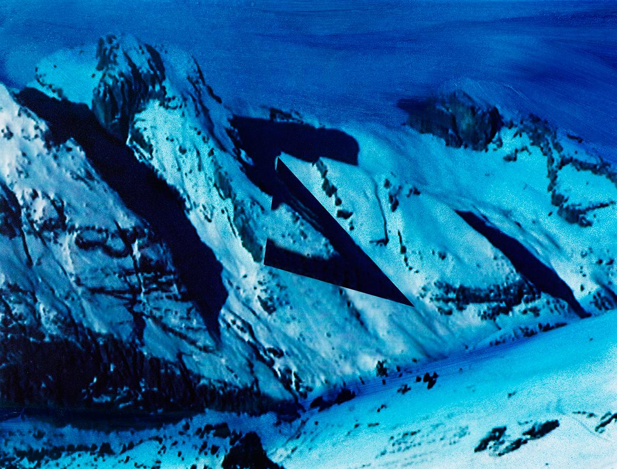 « Ce n'était pas seulement le travail des hommes qui rendait ces pays étranges si bizarrement contrastés : la nature semblait encore prendre plaisir à s'y mettre en opposition avec elle-même, tant on la trouvait  différente en un même lieu sous divers aspects ! »  À l'arrière-plan, les sommets disparaissent comme balayés par une pluie bleue, tandis qu'au premier plan, jonché de débris minuscules, le glacier brille sous la neige cotonneuse.  Entre les deux, la terre s'ouvre comme un gouffre, aspirant le regard et brisant la quiétude de l'image.  #53 La montagne bleue, 1995 – 1998, Deux barres obliques encadrent une large zébrure : S stylisé ou Z à l'envers. On aurait tort, pourtant, de recourir ici à l'alphabet, surtout le nôtre, pour donner sens à cette énigme qui ne se laisse pas saisir si facilement : ce ne sont pas des lettres que Jacques Pugin débusque dans la montagne au gré de ses flâneries, mais des traces qui ne sont pas encore constituées en système définitif. Traces de lumière, voies de couleur, pistes bleues ou noires à l'usage des voyeurs, cicatrices d'on ne sait quelle blessure dont la montagne, brusquement, trahirait les stigmates. Mais allons-y voir de plus près.