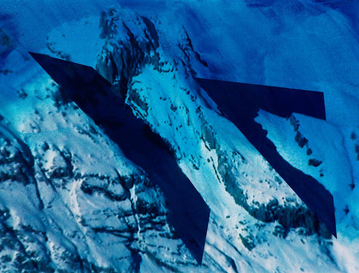 « Ce n'était pas seulement le travail des hommes qui rendait ces pays étranges si bizarrement contrastés : la nature semblait encore prendre plaisir à s'y mettre en opposition avec elle-même, tant on la trouvait  différente en un même lieu sous divers aspects ! »  À l'arrière-plan, les sommets disparaissent comme balayés par une pluie bleue, tandis qu'au premier plan, jonché de débris minuscules, le glacier brille sous la neige cotonneuse.  Entre les deux, la terre s'ouvre comme un gouffre, aspirant le regard et brisant la quiétude de l'image.  #55 La montagne bleue, 1995 – 1998, Les traces sont incrustées dans la montagne (qui ne se distingue plus, à présent, du ciel noyé de bleu) au point de se confondre avec ses déchirures et ses crevasses. Ce que le photographe révèle, une fois de plus, en détournant l'image première de sa fonction illustrative, c'est l'obscur jeu de forces qui travaillent la nature : pas de repos, ici, pour les falaises qui se craquellent, les plaques de neige prêtes à tomber d'une seconde à l'autre en avalanche, l'érosion des rochers, les tourbillons de givre. Ces traces de force, Jacques Pugin leur donne des formes géométriques, tout en arêtes et en angles tranchants. Elles ont un sens (un mouvement) et sont inscrites dans le temps.
