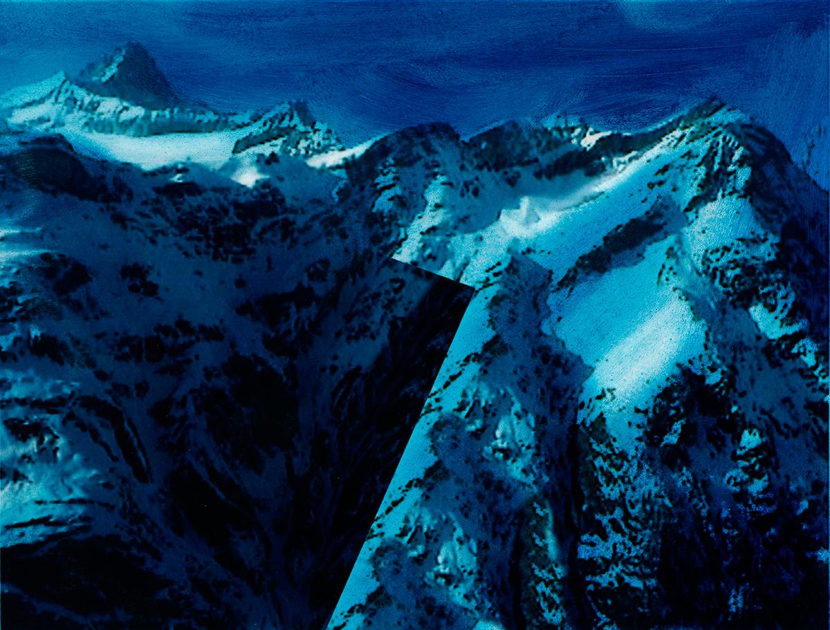 « Ce n'était pas seulement le travail des hommes qui rendait ces pays étranges si bizarrement contrastés : la nature semblait encore prendre plaisir à s'y mettre en opposition avec elle-même, tant on la trouvait  différente en un même lieu sous divers aspects ! »  À l'arrière-plan, les sommets disparaissent comme balayés par une pluie bleue, tandis qu'au premier plan, jonché de débris minuscules, le glacier brille sous la neige cotonneuse.  Entre les deux, la terre s'ouvre comme un gouffre, aspirant le regard et brisant la quiétude de l'image.  #57 La montagne bleue, 1995 – 1998, « Le vide, la vie en bleu la noire envie. Le vide a une ride. Je ne suis qu'un peu de fécule d'ombre, dit-il, un non-sens, mais tout va s'expliquer. Il suffit d'une rencontre. Deux nuages dans la forêt se dirigent l'un vers l'autre. Et il sentit que son cœur allait se remplir de l'absente et la rejoindre. Et qu'un nouvel être serait créé qui sera eux. »