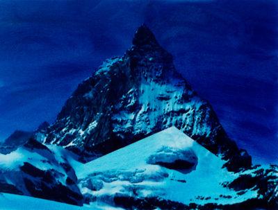 Ici nous sommes au cœur du rêve, dans le laboratoire de l'image.  En grattant sous les rochers, on découvre un ciel clair, des traces de neige éparse, des nuages en suspension. Combien d'images dans une image ? Combien de vies dans une vie ? Sous la montagne, une autre montagne  se dessine,plus saisissante que la première, peut-être, qui n'est pas son envers, ni son contraire, ni son ombre portée.De toutes les images du livre, c'est celle que jepréfère, parce qu'elle est à la fois la plus secrète et la plus ouverte au regard, la plus lisible et la plus mystérieuse.  Les mots n'en font jamais le tour.