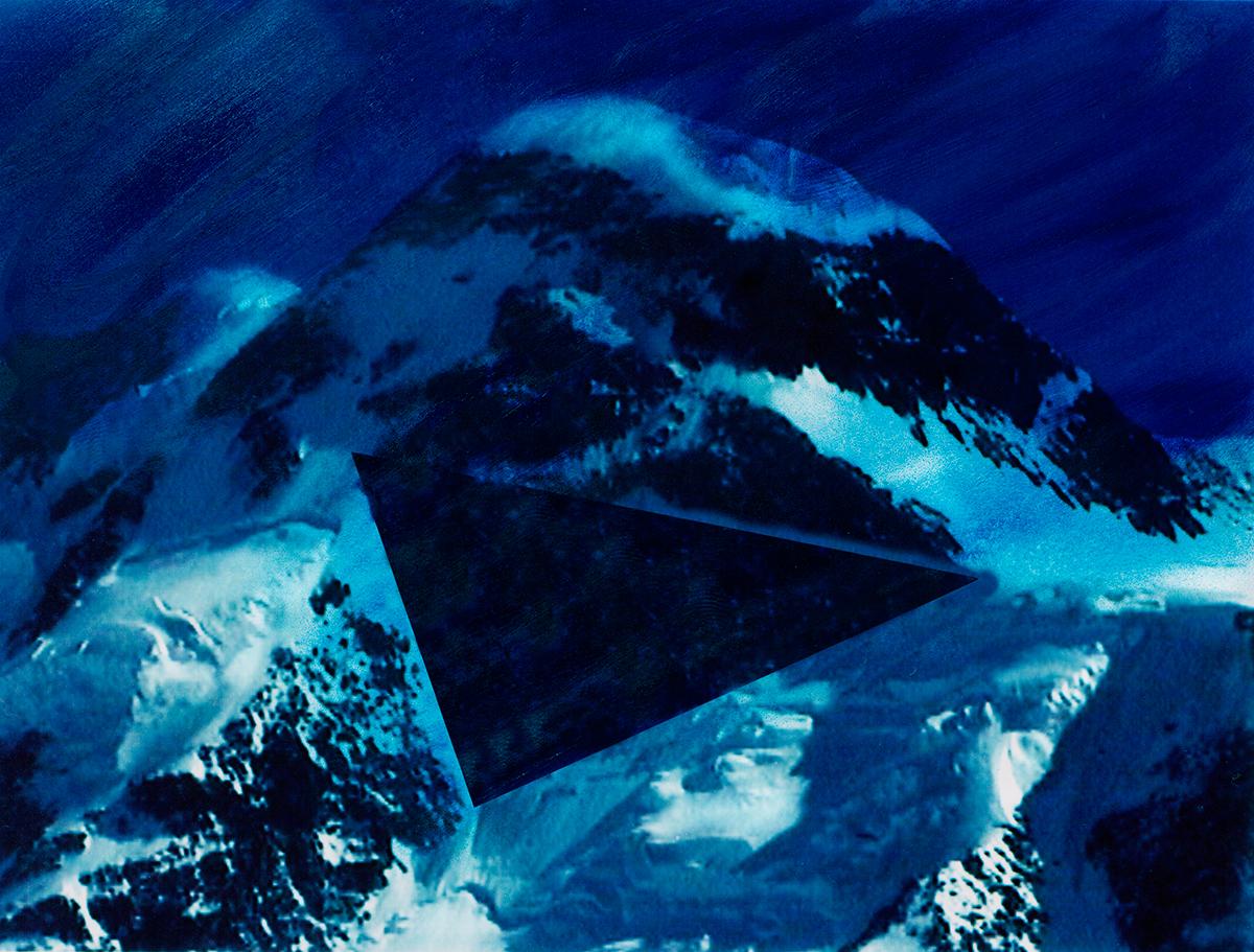 « Le lac, vu de haut, a la densité du mercure, son éclat mort.  Les vignes sulfatées, qui dévalent jusqu'au rivage, sont d'un bleu de poison.»  #67 La montagne bleue, 1995 – 1998, « Le lac, vu de haut, a la densité du mercure, son éclat mort. Les vignes sulfatées, qui dévalent jusqu'au rivage, sont d'un bleu de poison.»