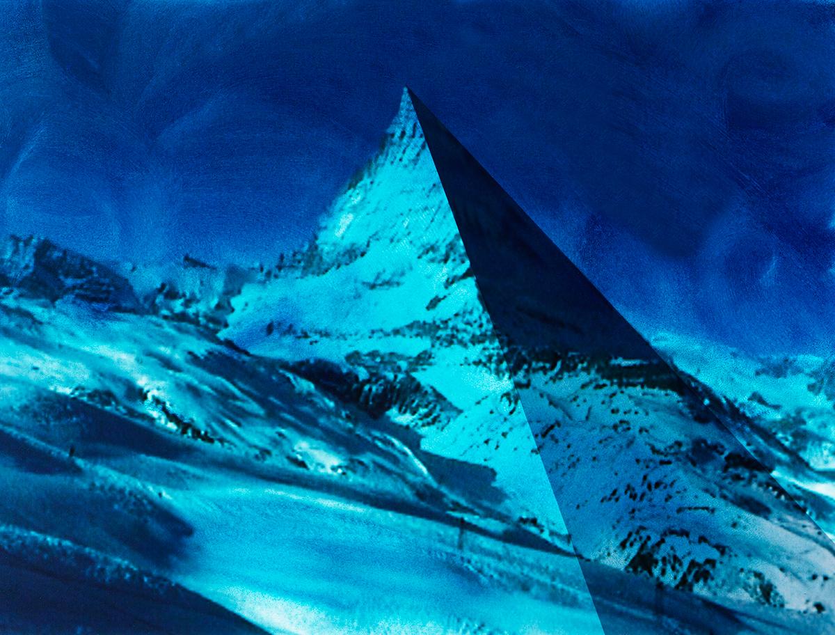 Jamais notre Cervin n'aura tant ressemblé aux pyramides d'Égypte !  Le bleu intense du ciel, balayé de coups de crayon, est précurseur d'orage : il faut songer à se mettre à l'abri.  Déjà, plusieurs coulées de neige dévalent les pentes.  Des rochers se détachent. Une brumesuspecterecouvre les séracs.  Comme l'écrit Kandinsky, le bleu est un ami de l'ombre et dans sa plus grande splendeur il incline vers l'obscur. « C'est un néant insaisissable et néanmoins présent, comme l'atmosphère transparente. »  #71 La montagne bleue, 1995 – 1998, Jamais notre Cervin n'aura tant ressemblé aux pyramides d'Égypte ! Le bleu intense du ciel, balayé de coups de crayon, est précurseur d'orage : il faut songer à se mettre à l'abri. Déjà, plusieurs coulées de neige dévalent les pentes. Des rochers se détachent. Une brumesuspecterecouvre les séracs. Comme l'écrit Kandinsky, le bleu est un ami de l'ombre et dans sa plus grande splendeur il incline vers l'obscur. « C'est un néant insaisissable et néanmoins présent, comme l'atmosphère transparente. »
