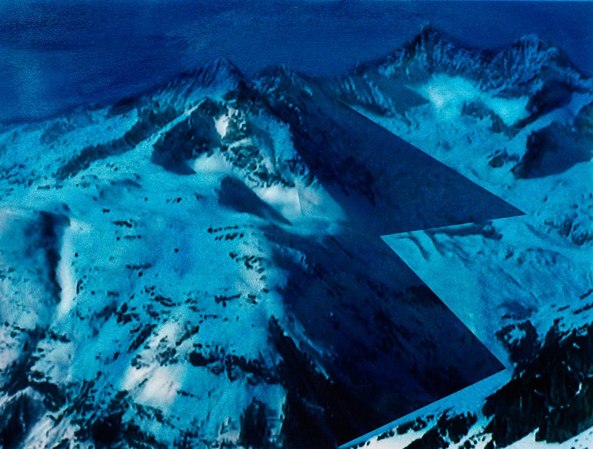 Depuis toujours, la montagne est un espace de ressourcement : dans la blancheur, loin de l'artificialité pernicieuse des villes, ellepermet à celui qui s'aventure dans ses vallées non seulement de mettre au jour d'incroyables merveilles, mais aussi de se découvrir soi-même.  C'est la frontière entre deux mondes, la limite entre deux identités.  #73 La montagne bleue, 1995 – 1998, Depuis toujours, la montagne est un espace de ressourcement : dans la blancheur, loin de l'artificialité pernicieuse des villes, ellepermet à celui qui s'aventure dans ses vallées non seulement de mettre au jour d'incroyables merveilles, mais aussi de se découvrir soi-même. C'est la frontière entre deux mondes, la limite entre deux identités.