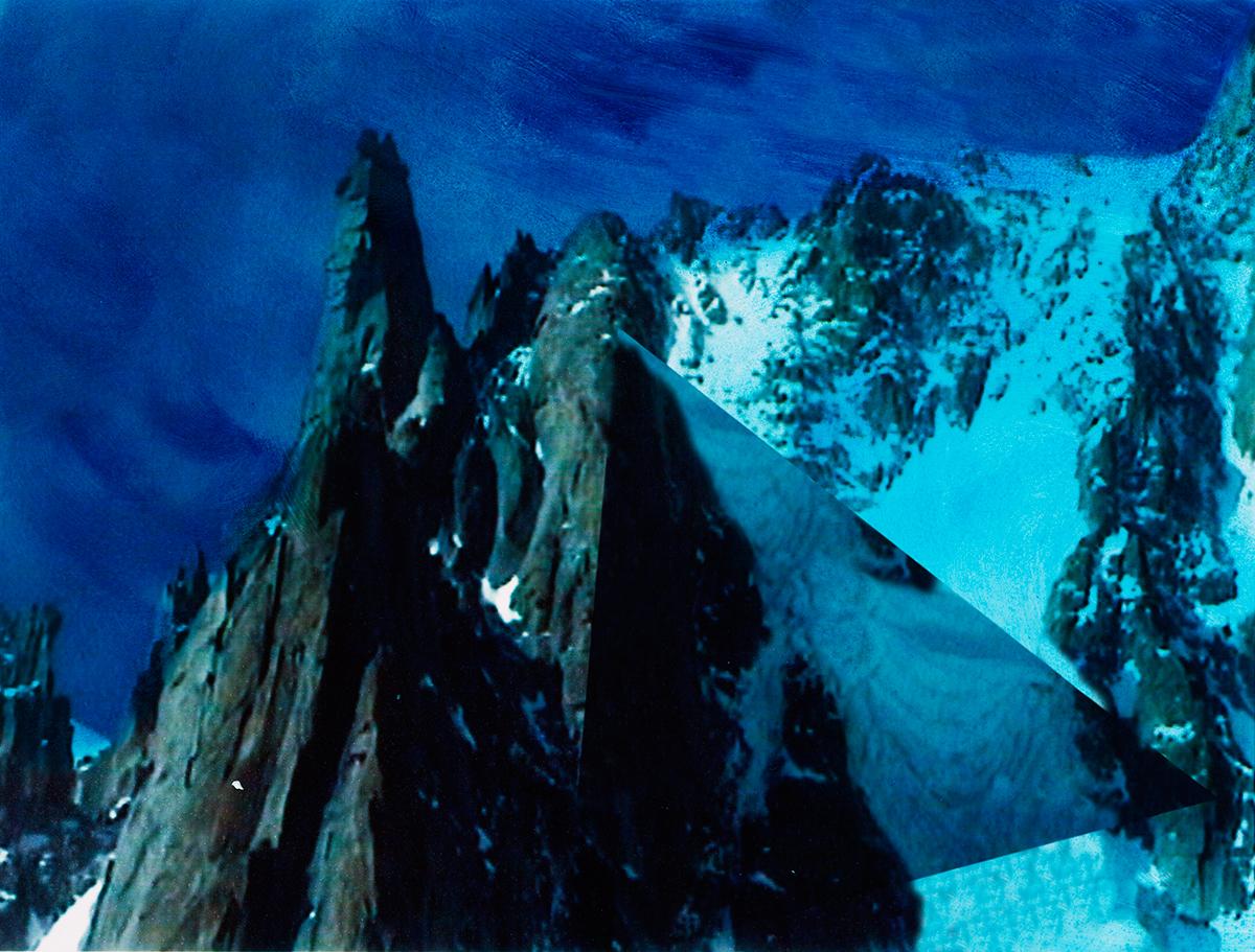 #83 La montagne bleue,1995 – 1998, Voici une photo qui donne le vertige : la tension est si forte entre les pyramides de pierre, strictement verticales, qui mobilisent le premier plan, et le triangle ajouté après coup pour désaxer l'image, que l'on peut éprouver presque physiquement une sensation de malaise. Dérèglement des sens. Ivresse de l'altitude. Hallucinations. On pourrait lire toutes les traces géométriques dont Jacques Pugin crible ses vidéogrammes comme autant de fantômes invisibles à l'œil nu, mais que la pellicule (ou la bande vidéo) parviendrait à saisir, grâce à ses propriétés magnétiques, et donc à révéler ou à ressusciter.