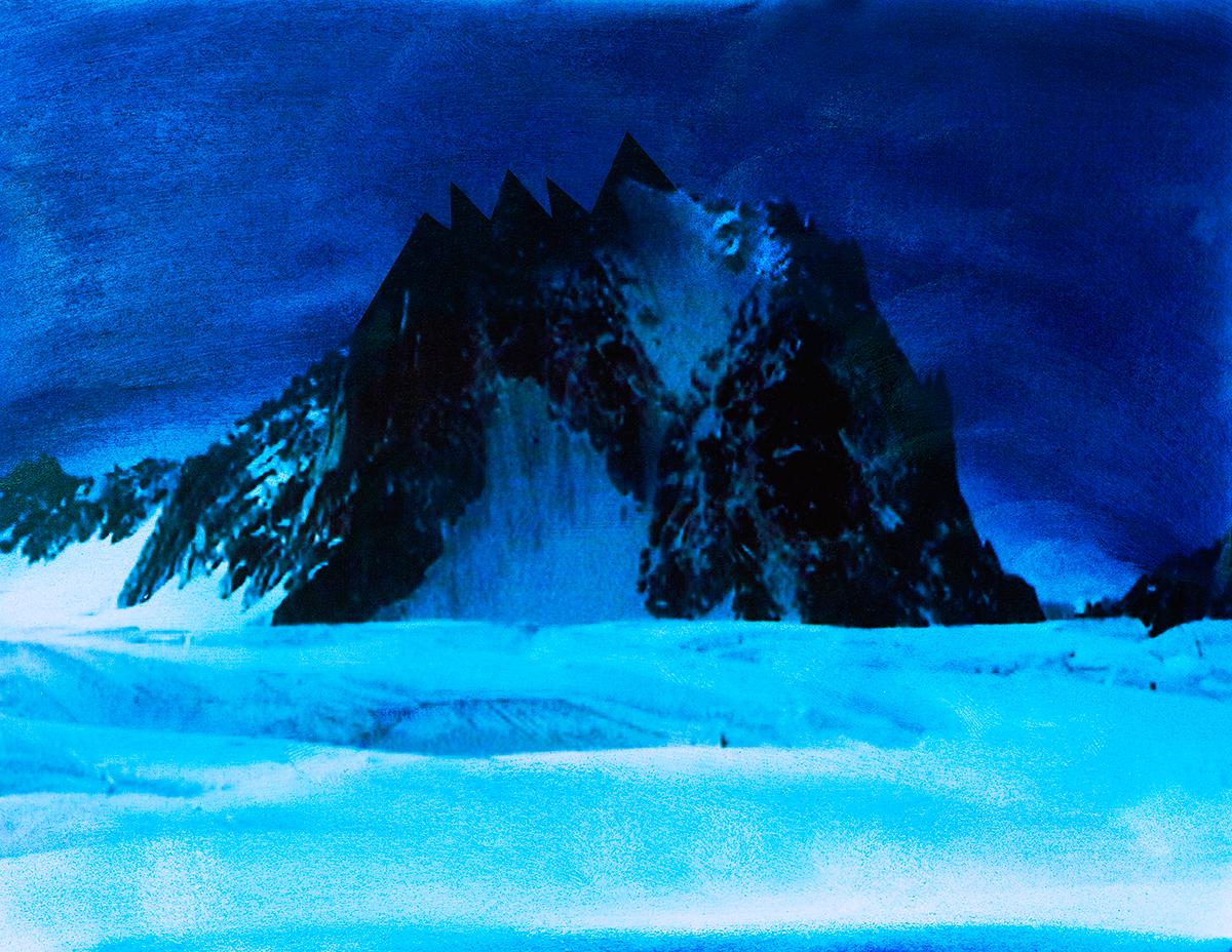 #87 La montagne bleue La montagne est un seuil : une invitation à se dépasser soi-même. Mais c'est aussi un lieu d'éternité terrestre : ses rochers n'ont pas d'âge ; et sa glace impavide est là depuis toujours. Au XVIIIe siècle, les salons littéraires s'exaltent, les voyageurs accourent, les Relations se multiplient sur ces glacières d'autant plus fascinantes qu'elles semblent échapper aux lois humaines. Dans ses Lettres sur l'état de la Suisse (1781), William Coxe décrit magnifiquement cette « mer de glace avec des crêtes irrégulières, des abîmes sans fond, ressemblant à une mer en fureur, qui aurait été instantanément gelée au milieu de la tempête. »