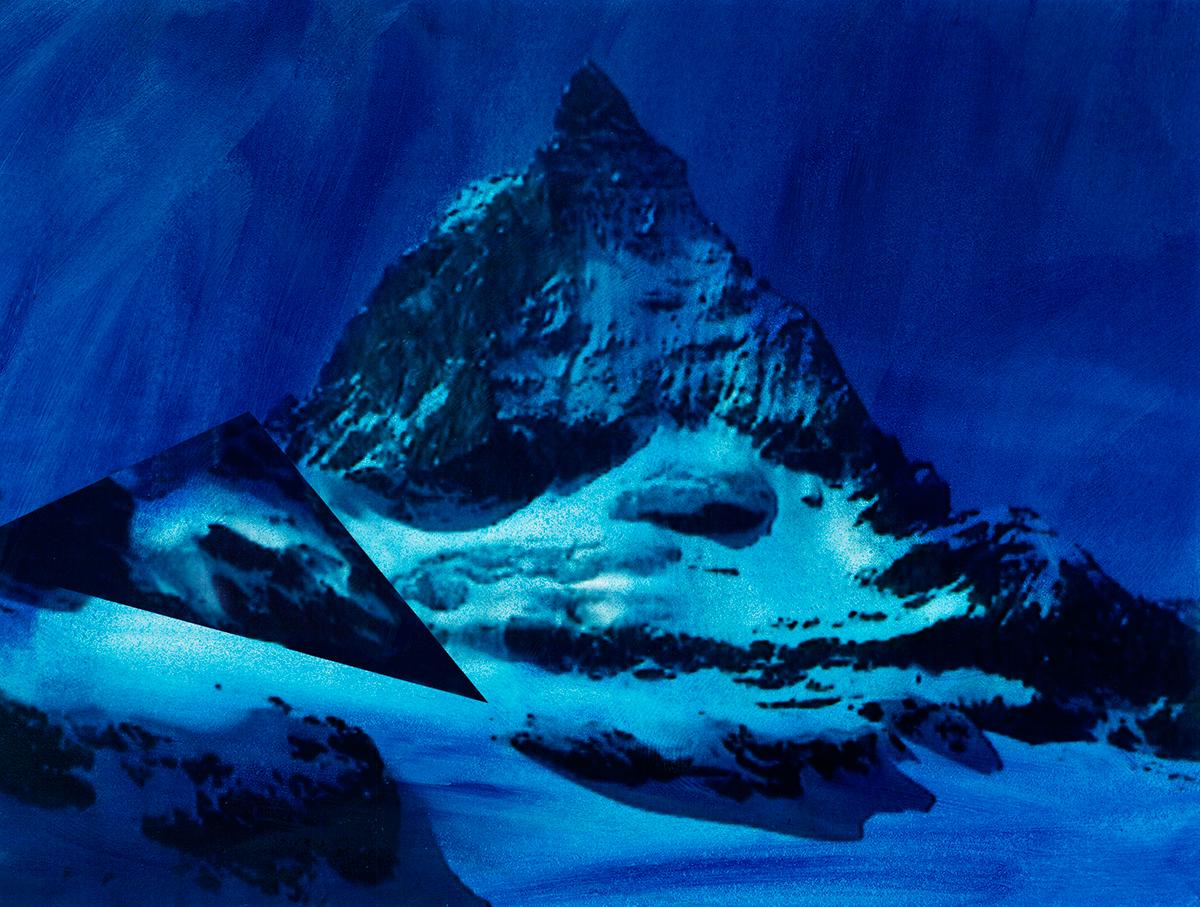 #89 La montagne bleue,1995 – 1998, Il s'agit bien d'un saisissement : comme accrochée au flanc de la montagne mythique, une autre forme surgit, géométrique et plus petite, qui nargue la montagne, l'espace d'un clin d'œil peut-être. Et c'est cela que Jacques Pugin saisit : ce défi, cette résistance, cette force qui tient tête à l'éternité. Chez lui, la montagne n'est plus le siège d'une transcendance, d'un Dieu ou d'un secret, comme elle l'était chez les grands romantiques : c'est le lieu d'une expérimentation active des possibilités de la photographie.