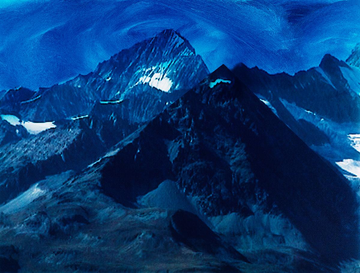 #91 La montagne bleue,1995 – 1998, Avec ses pics inaccessibles et ses neiges éternelles, la montagne représente, dans notre imaginaire, l'ultime refuge d'un sentiment sacré qui aurait déserté les campagnes, les villes et même les forêts. Ici, sur l'Oberland, nouvelle Haute Terre de l'humanité, la Jeune Vierge (Jungfrau) lance un défi au Moine (Mönch) qui la regarde, et sans doute la désire. Les grands sommets baignent dans une mystique qui a longtemps fasciné les touristes, et fascinent encore ceux, aujourd'hui, qui croient trouver dans les montagnes un air plus pur qu'ailleurs, une transparence que la vie citadine leur refuse, un contact presque charnel avec le grand Dieu sans visage.