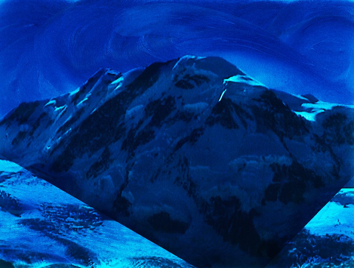 #93 La montagne bleue,1995 – 1998, Mais où se cache Dieu en cette fin de millénaire ? Pas dans les villes, c'est sûr, bruyantes et polluées, entièrement soumises au culte de l'argent. Pas davantage dans les campagnes, les églises que désertent les fidèles, les forêts qu'on abat, les rivières qui charrient des boues toxiques. Alors il reste la montagne, une fois de plus, pour incarner dans notre imaginaire cet idéal d'éternité, de transcendance, de verticalité. Là, au moins, même s'il reste invisible, Dieu est demeuré fidèle à lui-même : inaccessible et pur.