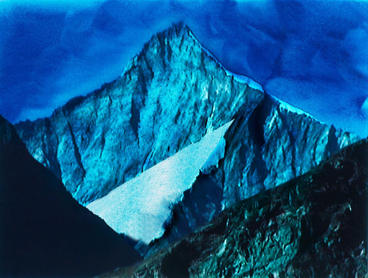 #95 La montagne bleue,1995 – 1998, Il y a, dans notre histoire, au moins trois montagnes sacrées : l'Olympe, d'abord, où séjournaient les dieux de la Grèce antique (et chacun sait que ce séjour était loin d'être tranquille, au vu des enlèvements, viols, massacres en tout genre qui faisaient l'ordinaire des déesses et des dieux). Ensuite, mais bien longtemps après, il y a eu les Alpes, que Rousseau fut le premier à célébrer, et dont il inventa la mode. Grâce à lui, aux genevois Martel, puis de Saussure, les sommets ne sont plus affreux : ils deviennent sublimes, dignes d'être nommés, et bientôt conquis. Au XXe siècle, c'est la chaîne de l'Himalaya qui devient l'objectif mythique de tous les alpinistes : le Toit du Monde, enfin vaincu par le sherpa Tenzing Norkey et Edmund Hillary le 29 mai 1953.