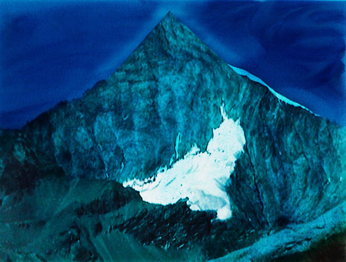 #97 La montagne bleue,1995 – 1998, Qu'est-ce que le Toit du Monde ? En réalité, chacun se dispute le nom de ce sommet mythique. Les Tibétains l'appellent le Chomo Lungma, et dans leur langue il signifie la Déesse mère de la terre. Quant au gens du Népal, ils nomment cette montagne Sagarmatha, c'est-à-dire la montagne Haute dans le ciel. Pour les Européens, il demeure l'Everest, en l'honneur d'un sir anglais, George Everest, qui lui donna son nom en1851.