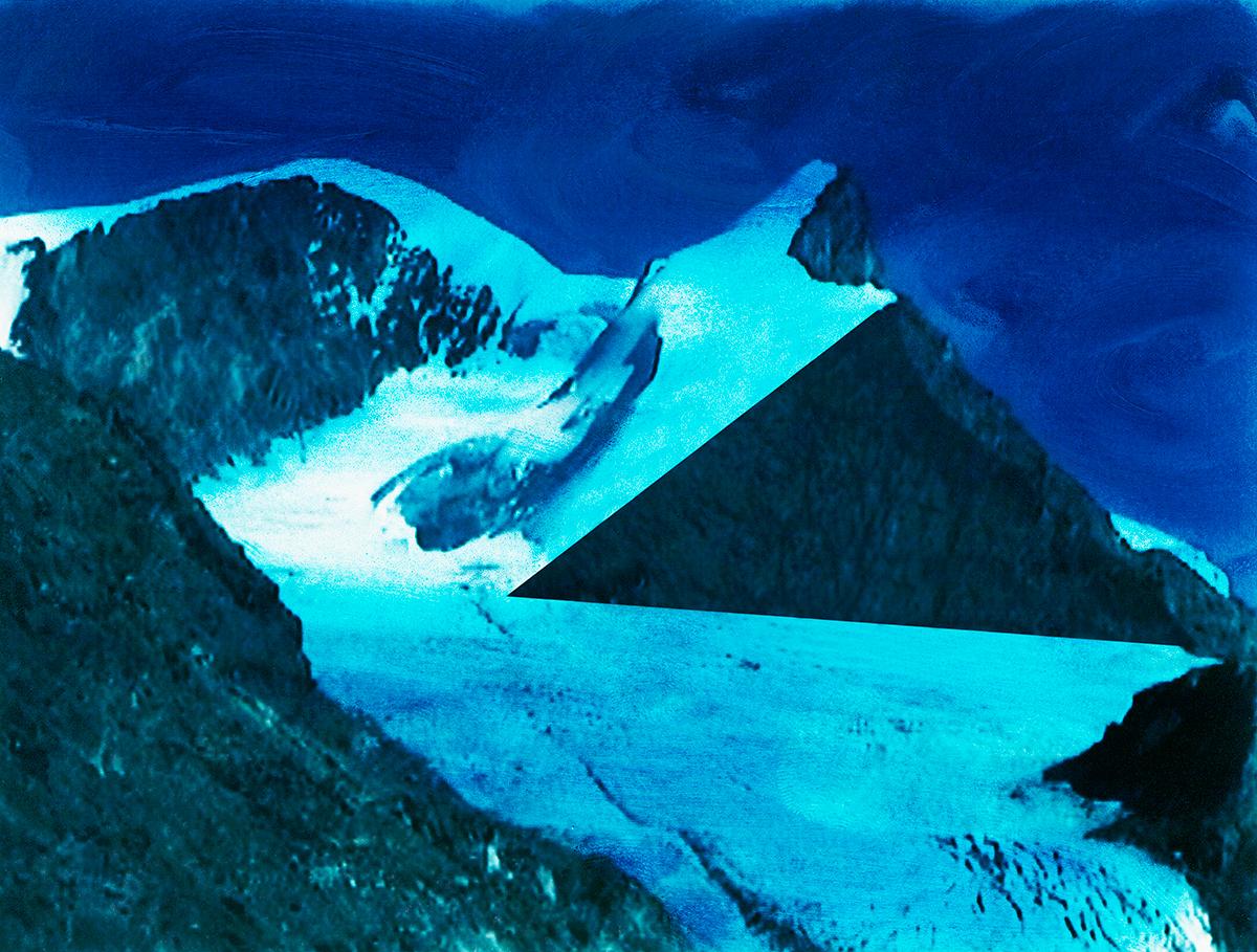 #105 La montagne bleue, 1995 – 1998 Le blanc reprend ses droits : un peu de soleil pur illumine l'image, et l'air circule enfin parmi les blocs de glace. L'esprit géométrique recompose la nature quadrillée de losanges, de triangles aux arêtes parfaites, de méridiens et de vecteurs, de polygones distordus. Une piste en zigzag mène au sommet, coupant l'image en diagonale. Mais l'ascension est dangereuse, le sentier bordé de crevasses et le sommet encore inaccessible. Une fois de plus, le voyageur est livré à lui-même : pour échapper au labyrinthe de neige, il doit frayer sa propre voie. Aucune issue, jamais, ne lui est assurée. Et s'il se perd, tant pis pour lui ! Il deviendra lui-même une figure de l'image.