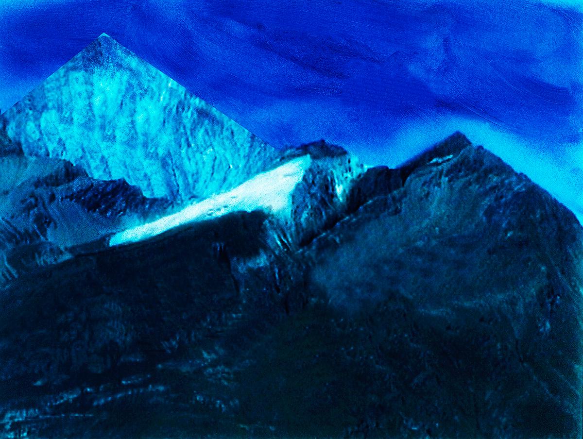 #107 La montagne bleue, 1995 – 1998 Chaque photo de Jacques Pugin est une méditation sur l'image : sa construction et les propriétés de la lumière, son sens et son architexture, sans oublier la place du spectateur (qu'il met souvent en scène) et celle du photographe. « L'essence de l'image est d'être toute dehors, sans intimité, et cependant plus inaccessible et mystérieuse que la pensée du for intérieur ; sans signification, mais appelant la profondeur de tout sens possible ; irrévélée et pourtant manifeste, ayant cette présence-absence qui fait l'attrait et la fascination des Sirènes. » 1 La montagne bleue est la Sirène de Jacques Pugin 1 Maurice Blanchot, Le livre à venir, Gallimard, 1959