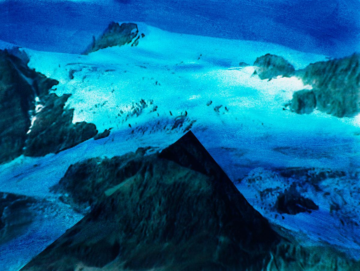 #111 La montagne bleue, 1995 – 1998 Sur cette image, la montagne est comme aplatie, vue de très haut, comme par la fenêtre d'un vaisseau interplanétaire. Le bleu éclate comme un cantique, avec du blanc poudreux et du noir minéral. Ici l'image se donne à écouter. « Quand la tête, les épaules, les jambes vont gratter le crêt de la neige, on entend la voix de ce bleu, forte, sourde, profonde, qui explose comme une charge de poudre sur le col. Et aussitôt il y a la poussée du large, l'éclatement, le clapotement des cimes blanches là-bas en demi-cercle, perdues dans l'atténuation intense, solaire, le zéro bleu dilué dans la lumière.»