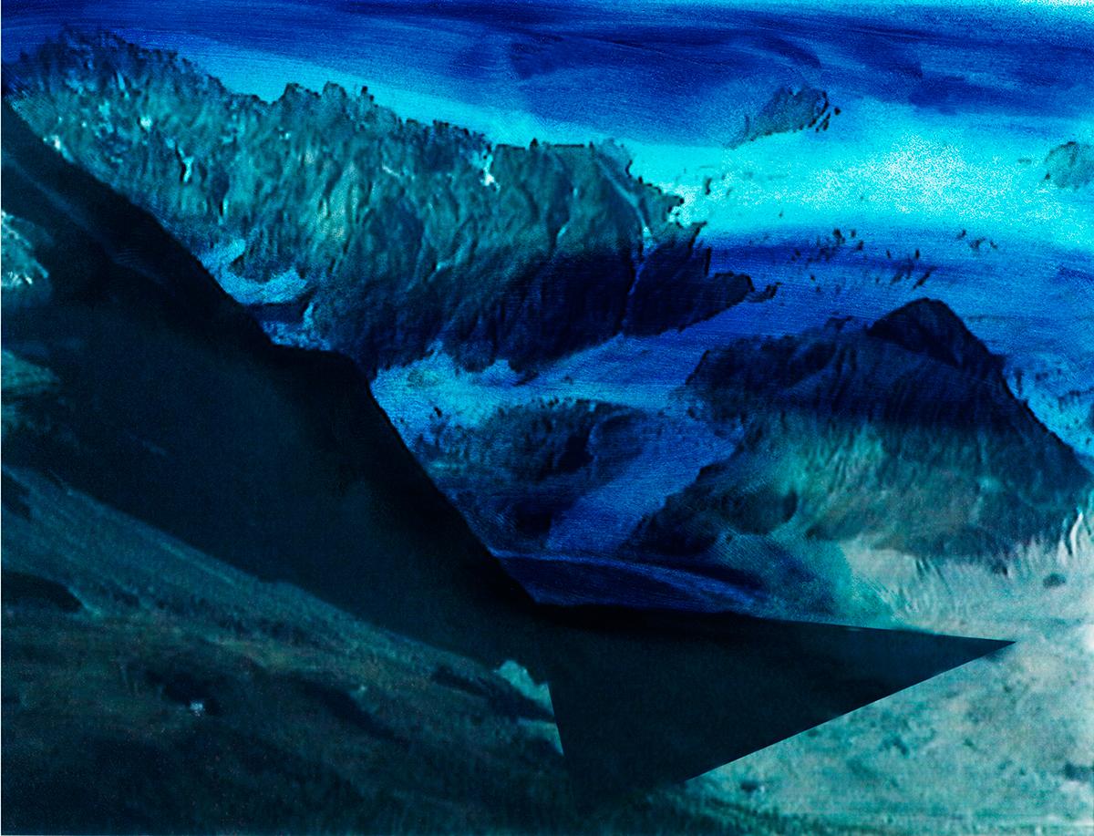 #113 La montagne bleue, 1995 – 1998 Cantique à la lumière, aux rochers, à la neige, au vent qui siffle entre les défilés de glace. Mais aussi chant d'amour à la photographie qui enregistre cette lumière et ces rochers, garde trace de la neige, célèbre par l'image la montagne et son défilé de fantômes.