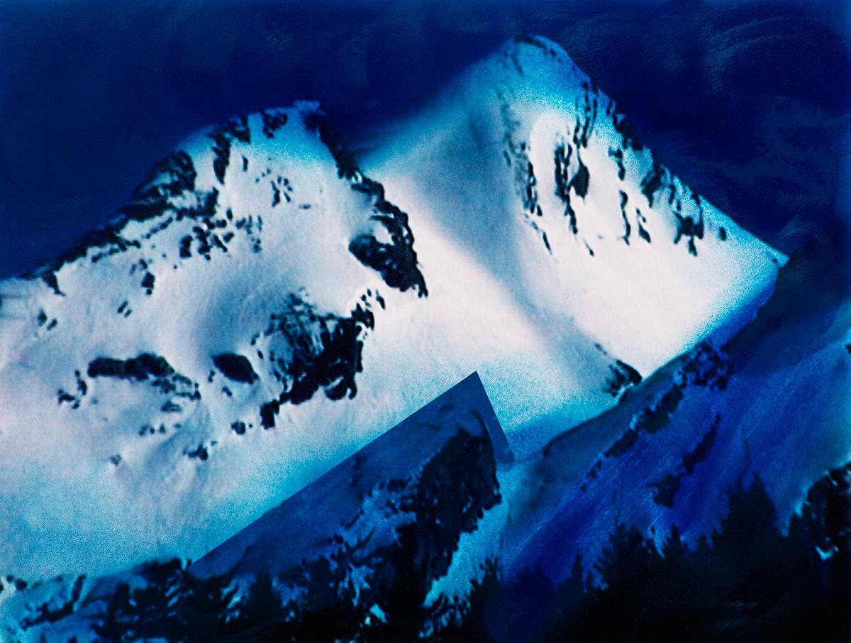 Mais voici l'autre monde : théâtre d'ombre et de lumière, sommets rongés de bleu, crevasses terrifiantes.Plus l'on avance sur la corniche, plus l'ombreest menaçante, et les sommets, à l'arrière-plan, inaccessibles.Pourtant, il faut continuer.  #17 La montagne bleue, 1995 – 1998 Mais voici l'autre monde : théâtre d'ombre et de lumière, sommets rongés de bleu, crevasses terrifiantes.Plus l'on avance sur la corniche, plus l'ombreest menaçante, et les sommets, à l'arrière-plan, inaccessibles.Pourtant, il faut continuer.