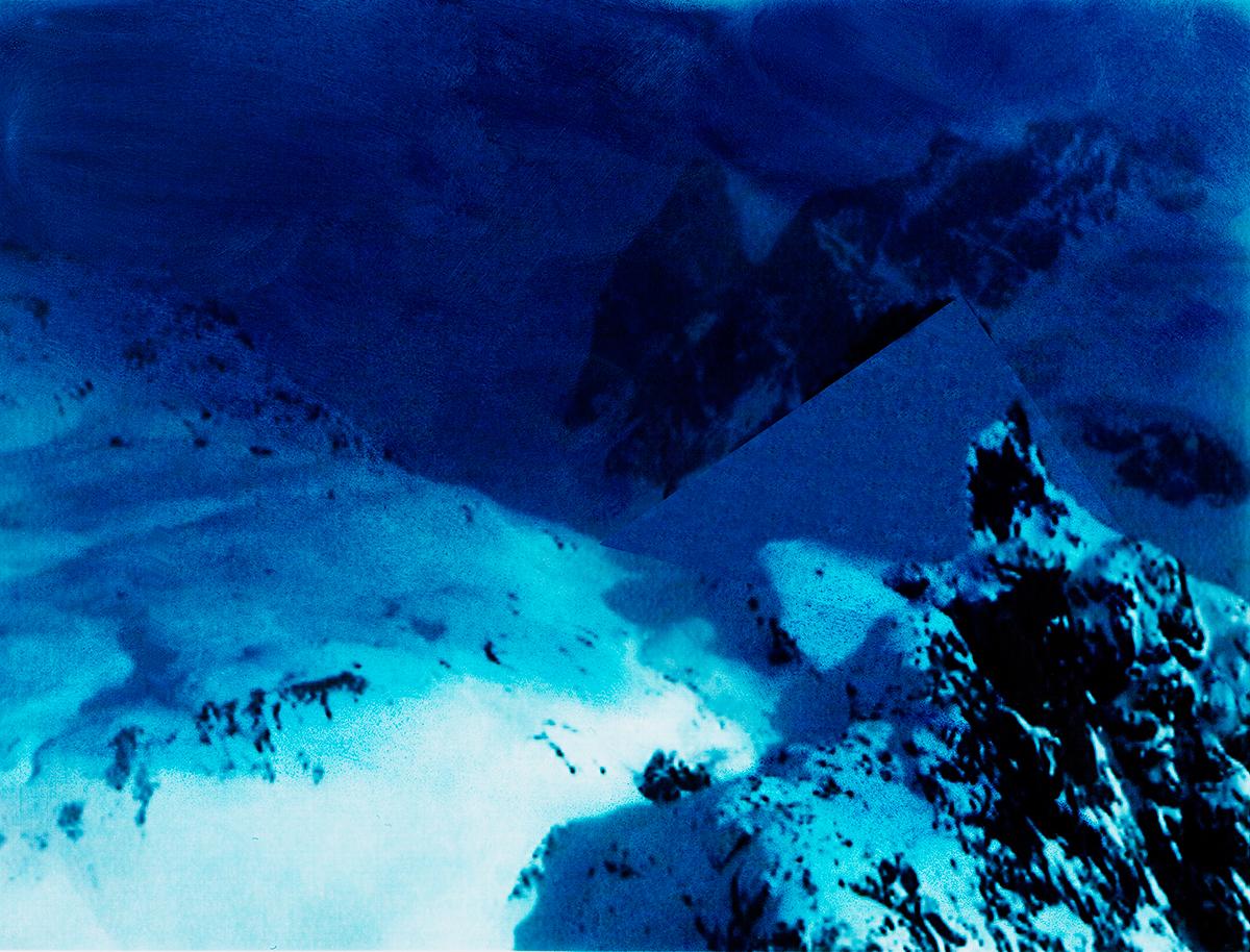 Quels repères dans la nuit qui s'avance ? Un brisant, sur la droite, couvert de neige spongieuse, mais tranchant comme un bloc de corail. À gauche, une mer étale et lumineuse, piquée de rares rochers qui ressemblent à des hiéroglyphes. Au fond, cachés dans l'ombre, toujours ces géants silencieux qui guettent et qui fascinent. Nous sommes perdus. Suivons la flèche bleue !  #19 La montagne bleue, 1995 – 1998 Quels repères dans la nuit qui s'avance ? Un brisant, sur la droite, couvert de neige spongieuse, mais tranchant comme un bloc de corail. À gauche, une mer étale et lumineuse, piquée de rares rochers qui ressemblent à des hiéroglyphes. Au fond, cachés dans l'ombre, toujours ces géants silencieux qui guettent et qui fascinent. Nous sommes perdus. Suivons la flèche bleue !