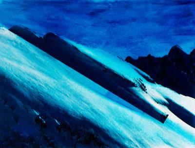 Nous ne sommes plus dans la montagne, maintenant, mais dans l'image : les vidéogrammes de Jacques Pugin. L'ombre s'est retournée et couvre à présent l'arrière-fond et une partie, aussi, du premier plan, troué de rochers noirs et de taches de neige. Entre les deux, l'impressionnante coulée de glace qui donne un sens, oblique, à la composition, elle-même surmontée d'un bloc de pierre qui ressemble à une soucoupe volante.