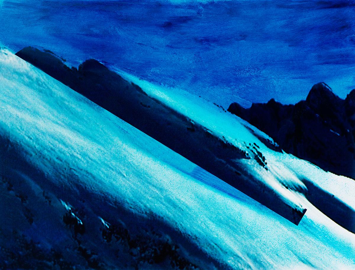 Nous ne sommes plus dans la montagne, maintenant, mais dans l'image : les vidéogrammes de Jacques Pugin. L'ombre s'est retournée et couvre à présent l'arrière-fond et une partie, aussi, du premier plan, troué de rochers noirs et de taches de neige. Entre les deux, l'impressionnante coulée de glace qui donne un sens, oblique, à la composition, elle-même surmontée d'un bloc de pierre qui ressemble à une soucoupe volante.  #23 La montagne bleue, 1995 – 1998 Nous ne sommes plus dans la montagne, maintenant, mais dans l'image : les vidéogrammes de Jacques Pugin. L'ombre s'est retournée et couvre à présent l'arrière-fond et une partie, aussi, du premier plan, troué de rochers noirs et de taches de neige. Entre les deux, l'impressionnante coulée de glace qui donne un sens, oblique, à la composition, elle-même surmontée d'un bloc de pierre qui ressemble à une soucoupe volante.